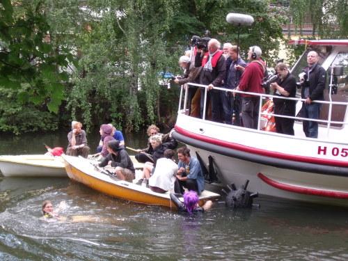 Protestierende Anwohner stören die PR-Barkassen-Tour des Hamburger Senats und IBA/igs auf dem Ernst-August-Kanal